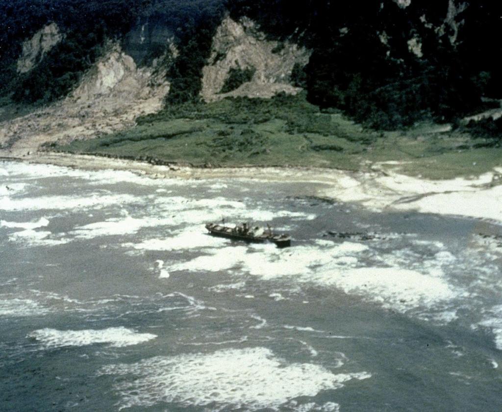 Грузовое судно, выброшенное волнами цунами на камни у берегов Чили, май 1960 г.