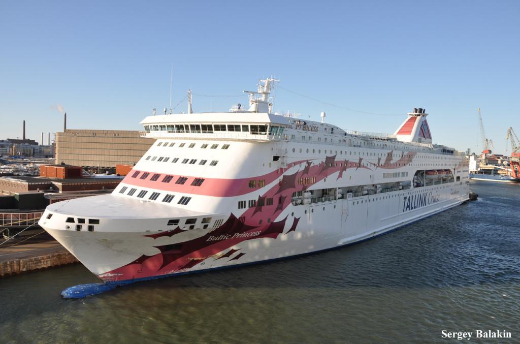 Паром «Baltic Princess» в порту Хельсинки. Волнистая окраска – характерная черта внешности судов компании Tallink Cruise