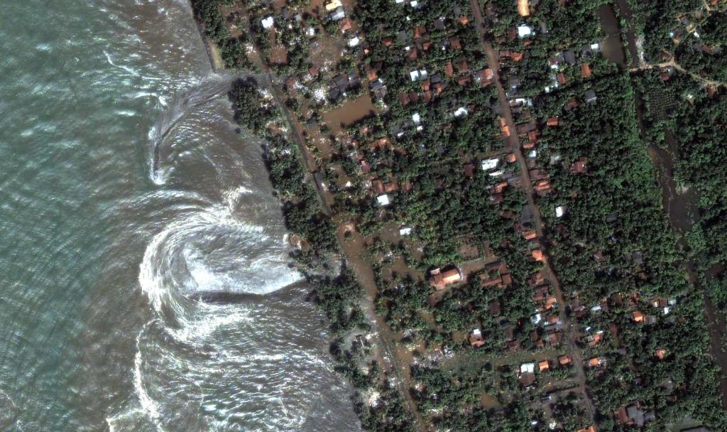 Фото из космоса: цунами у берегов Шри Ланки, декабрь 2004 г.
