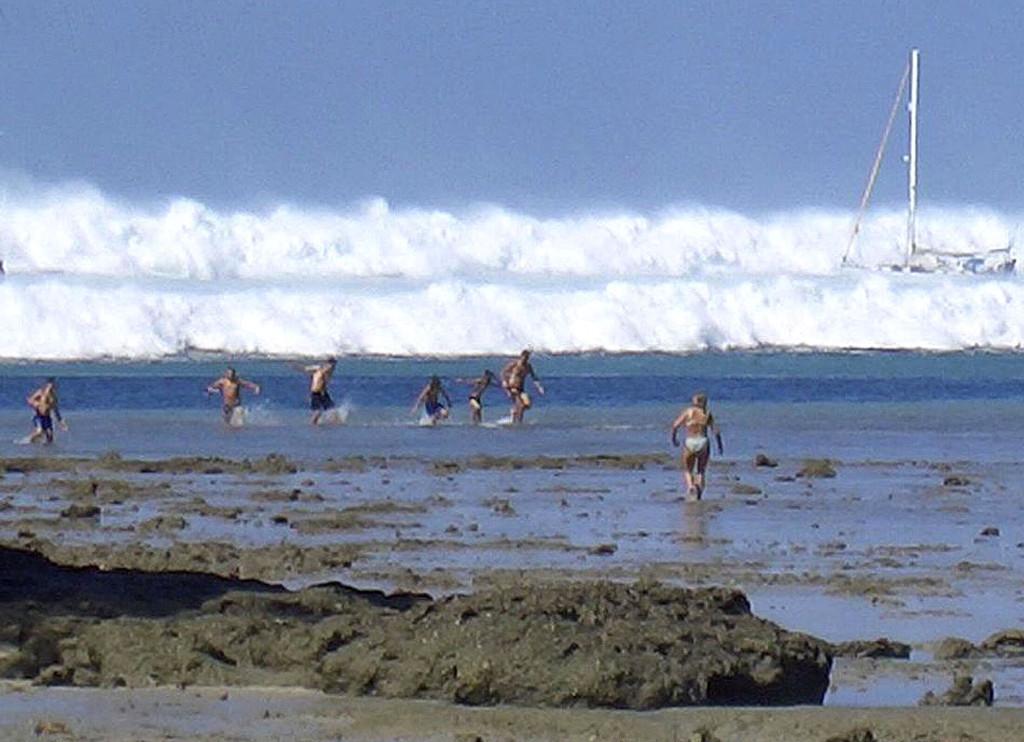 Цунами на пляже Хат Раи Лэй близ Краби в Таиланде, 26 декабря 2004 г. Все попавшие в кадр люди через считанные секунды погибнут…