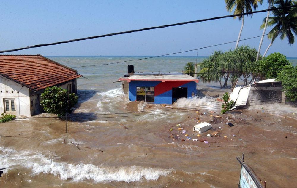 Цунами в городе Маддампегама на Шри Ланке, примерно в 60 км к югу от Коломбо. 26 декабря 2004 г.