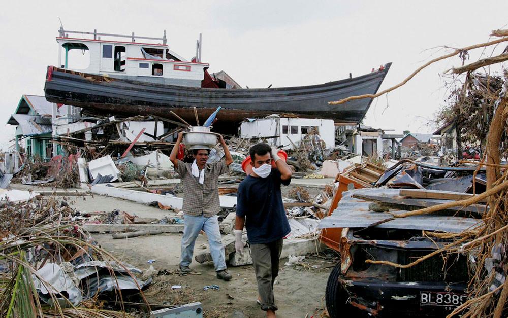 Эта оказавшаяся на крыше домов лодка в декабре 2004 г. стала Ноевым ковчегом для 59 человек. Ныне она превращена в своеобразный памятник жертвам цунами (г. Банда Ачех, Индонезия)