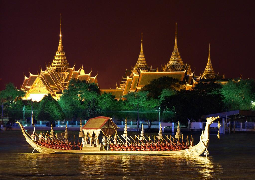 Королевская лодка «Золотой лебедь» на реке Чао Прайя в Бангкоке