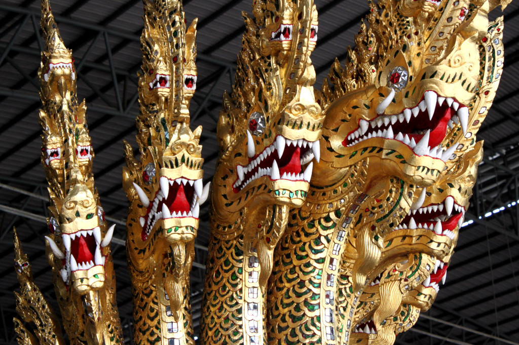 Семиглавый бог - король змей Наг на носу лодки «Anantanakkharat»