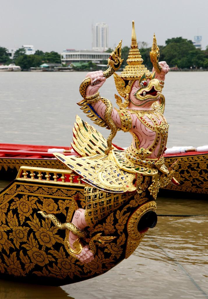 Носовая фигура лодки «Путешествие Гаруды через три мира», конечно же, изображает священную птицу Гаруда