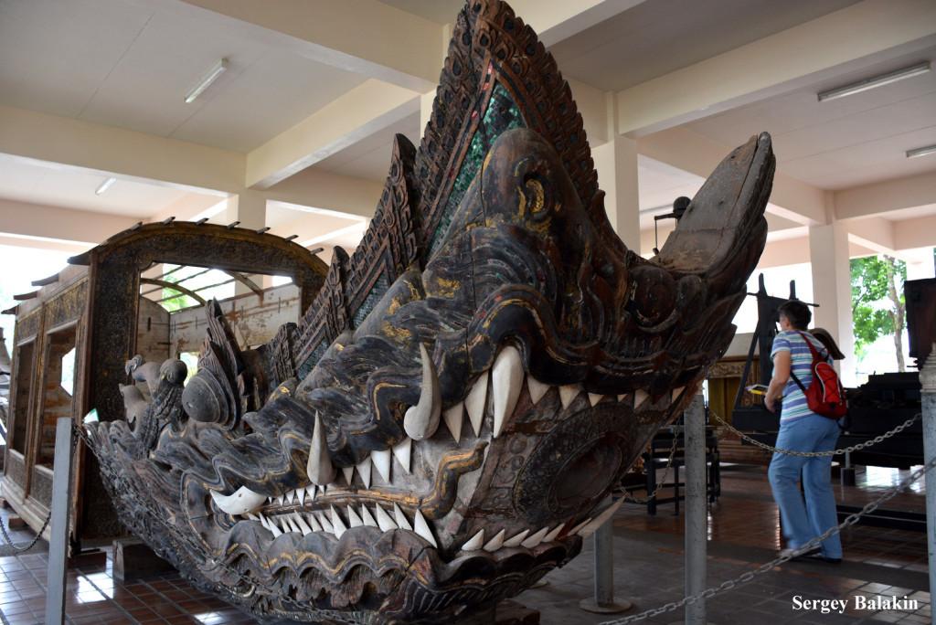 Ещё один экспонат музея в Самутпракане: подлинная носовая секция лодки для дам - представительниц королевской фамилии эпохи монарха Рамы IV (1851-1868 гг.)