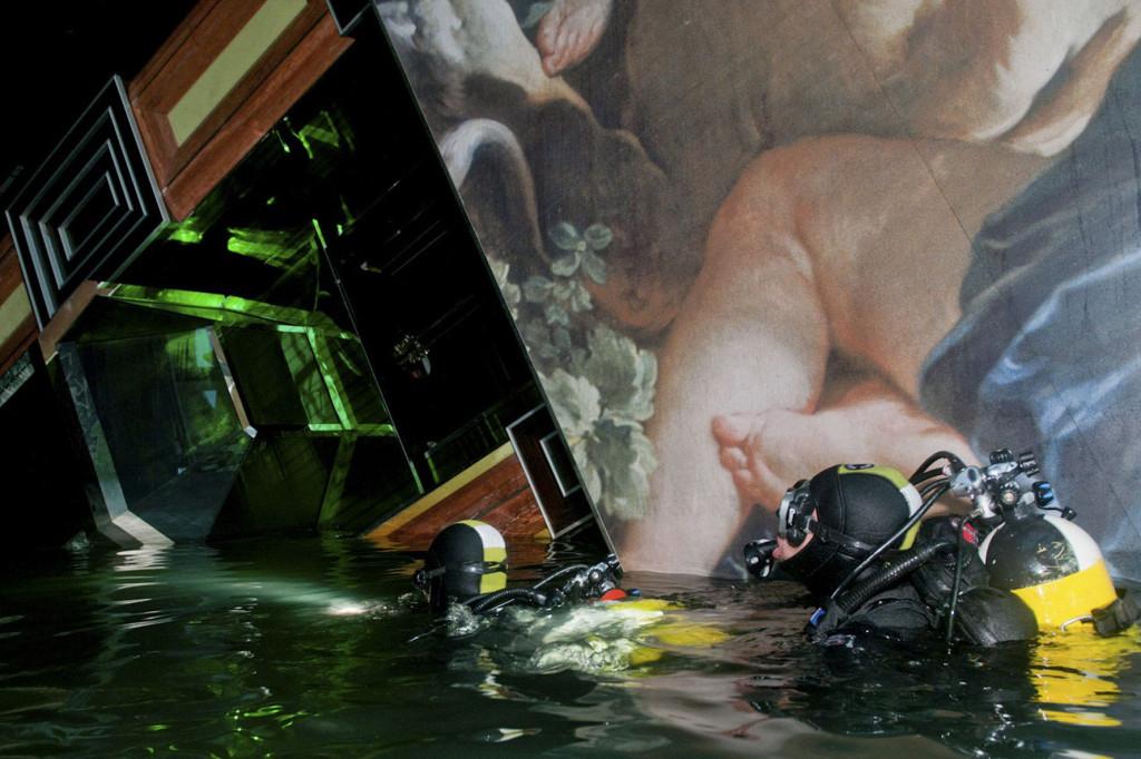 Водолазы обследуют «Коста Конкордию» в первые дни после катастрофы