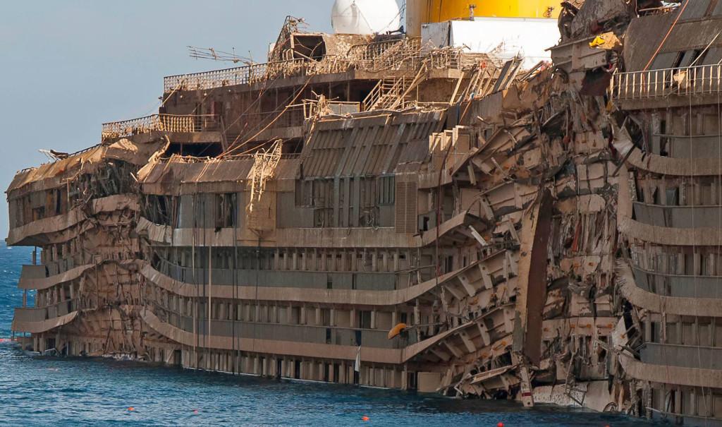 Сильно поврежденный правый борт лайнера за полтора года нахождения под водой покрылся тиной и водорослями