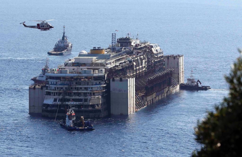 Буксировка поднятого лайнера в Геную (Сестри Поненте), 23 июля 2014 г.