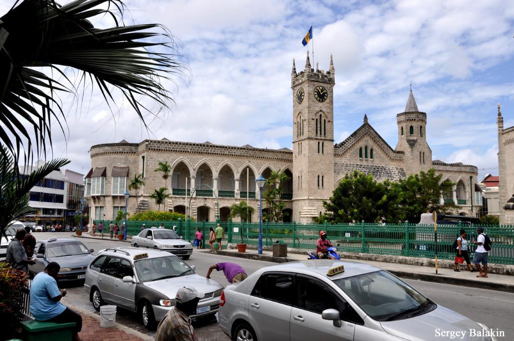 Здание парламента в столице острова Бриджтауне напоминает о временах британского владычества