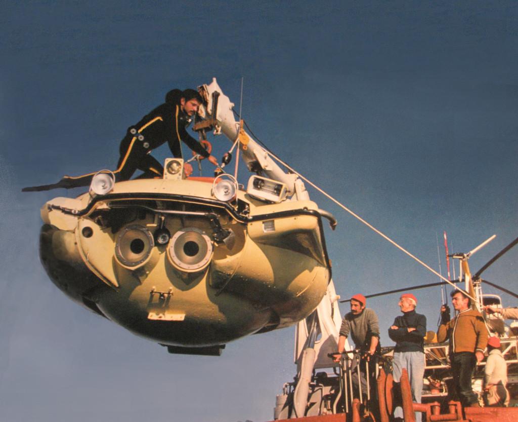 Подводный аппарат «Ныряющее блюдце» перед погружением с борта «Калипсо»