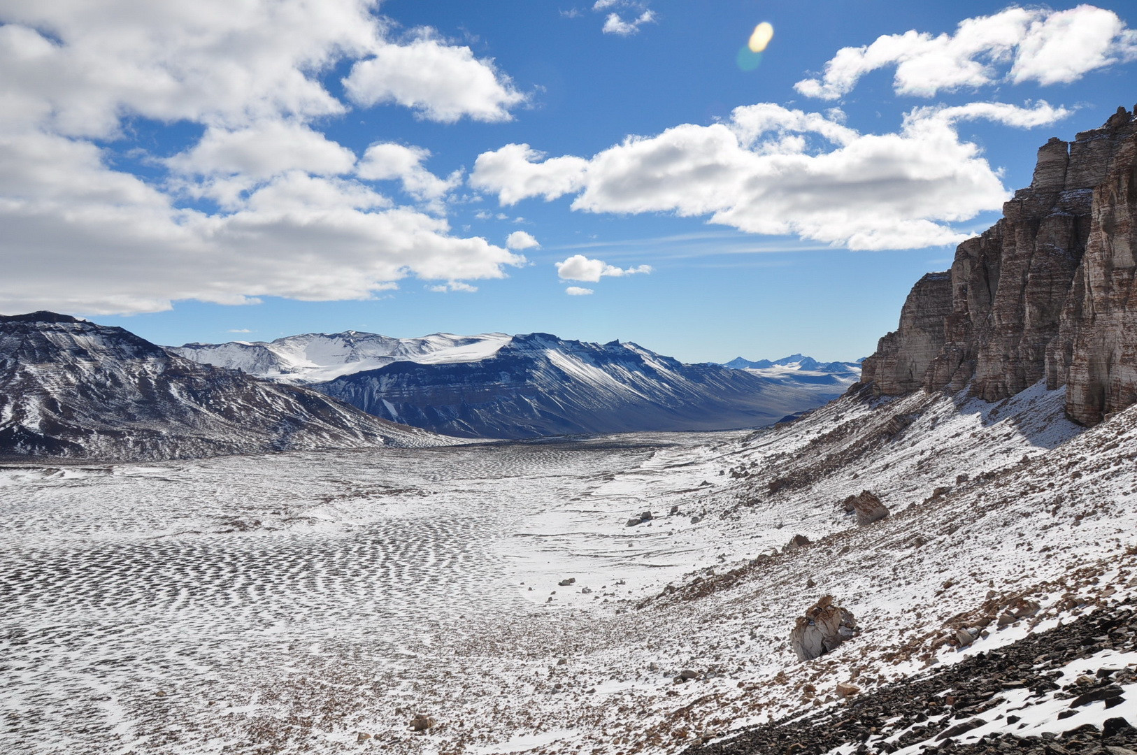Пересохшее русло реки. в Антарктидe