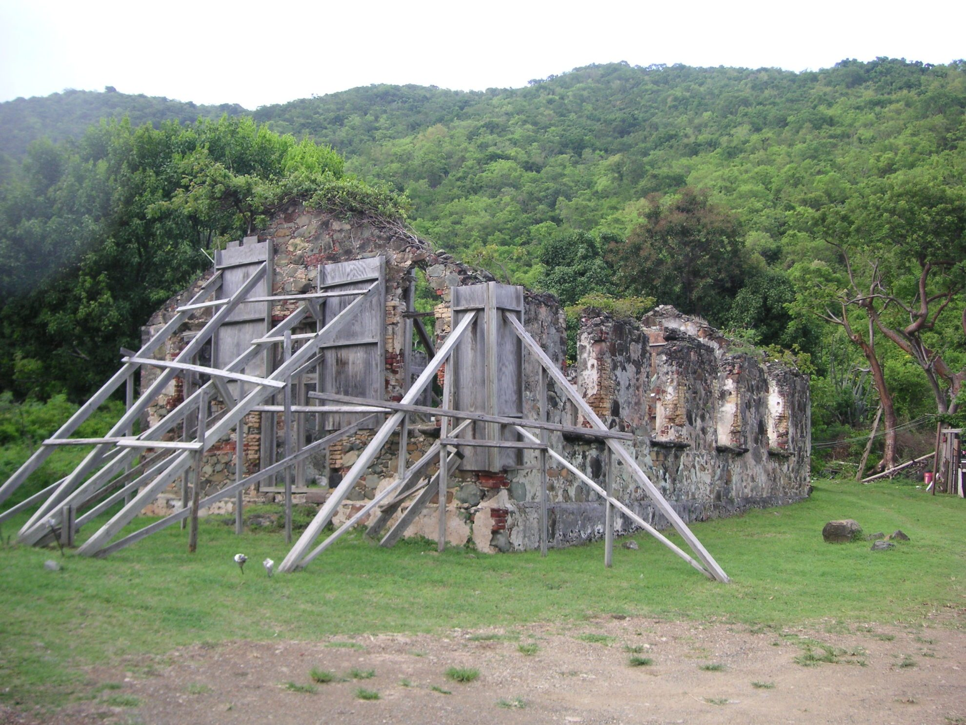Развалины церкви St Phillips на острове Тортола - будет переоборудована в одну из РОМ-станций