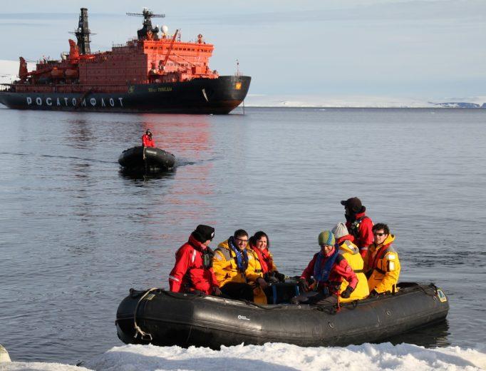 Высадка туристов в бухте Теплиц острова Рудольфа, ЗФИ. Фото — Юлия Петрова