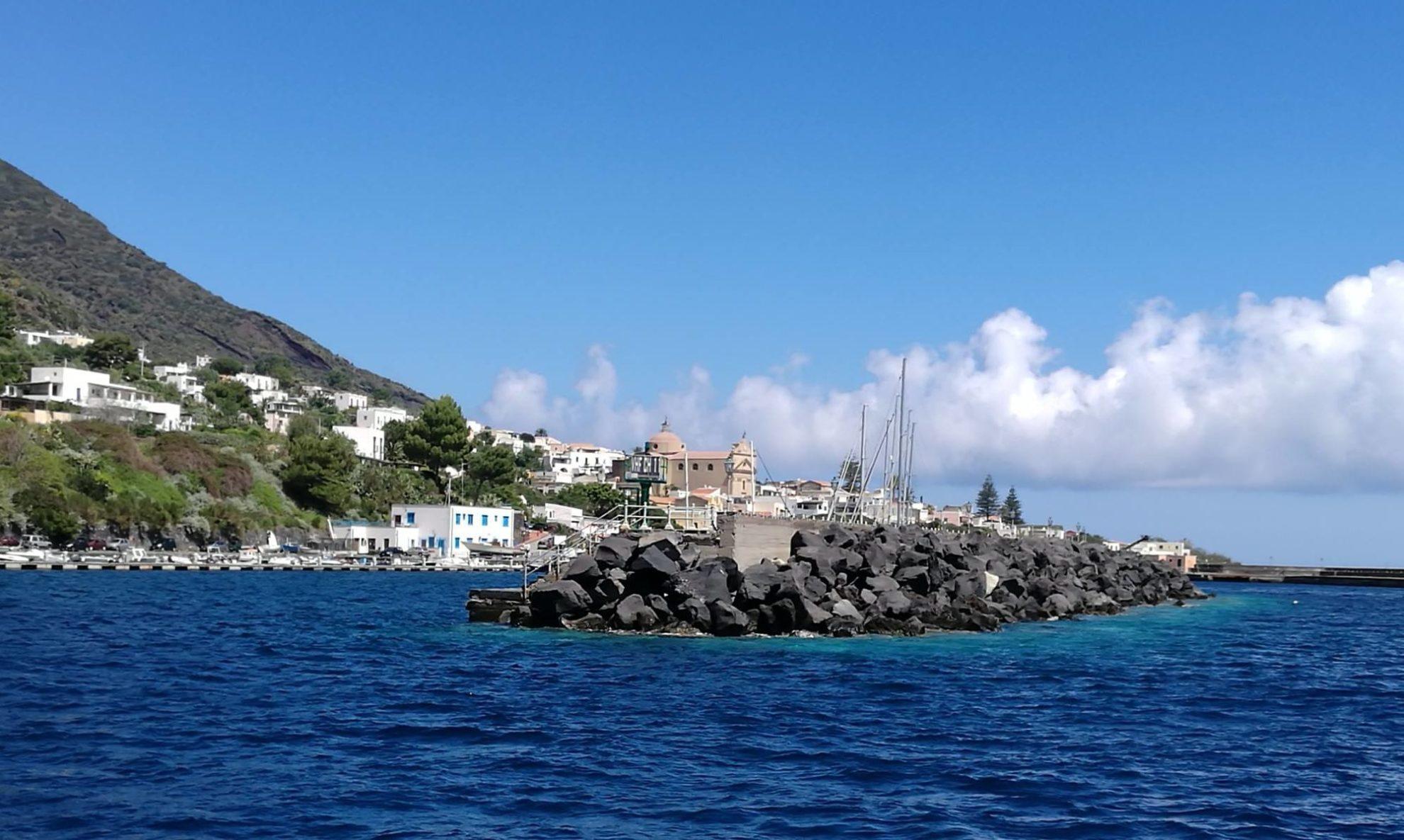 Вход в яхтенную марину острова Салина. На заднем плане виден Кафедральный собор. Сицилия. Регата OML 2016. Фото А. Подколзин