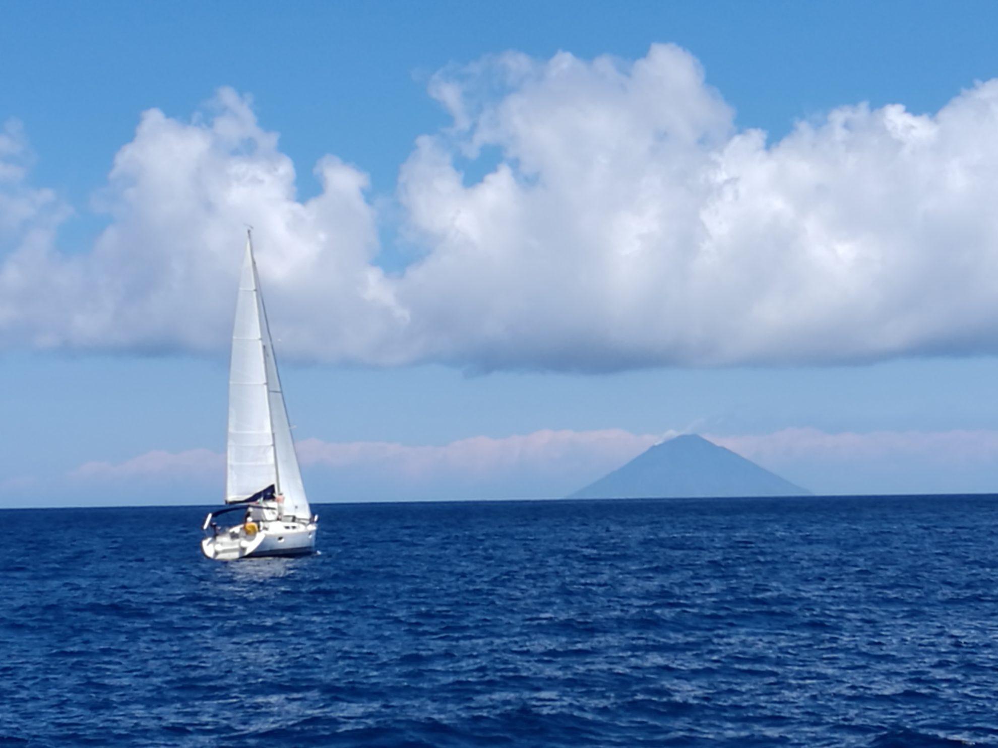 Яхта направляется на остров Стромболи. Сицилия. Регата OML. Фото: А.Подколзин