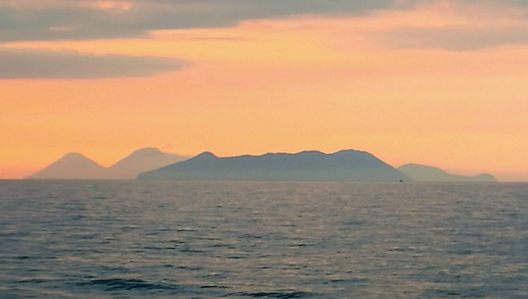 Острова, расположенные на перепутье торговых путей всегда были интересны торговцам и завоевателям. Так же как и этот закатный вид на Эольские острова манит нас. Сицилия. Фото: А.Подколзин