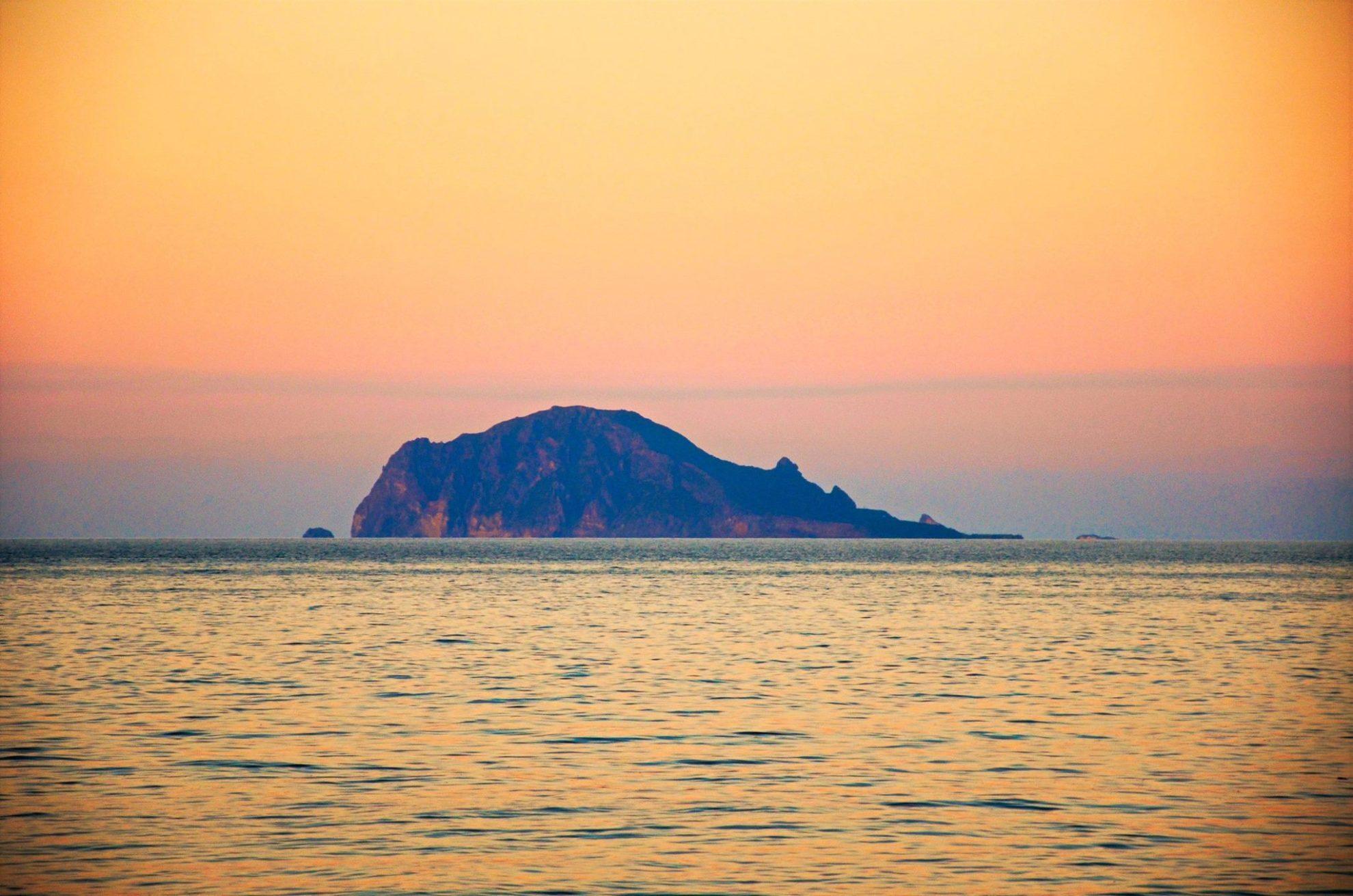 Остров Панераи на закате. Сицилия. Регата Ocean Medi Light.