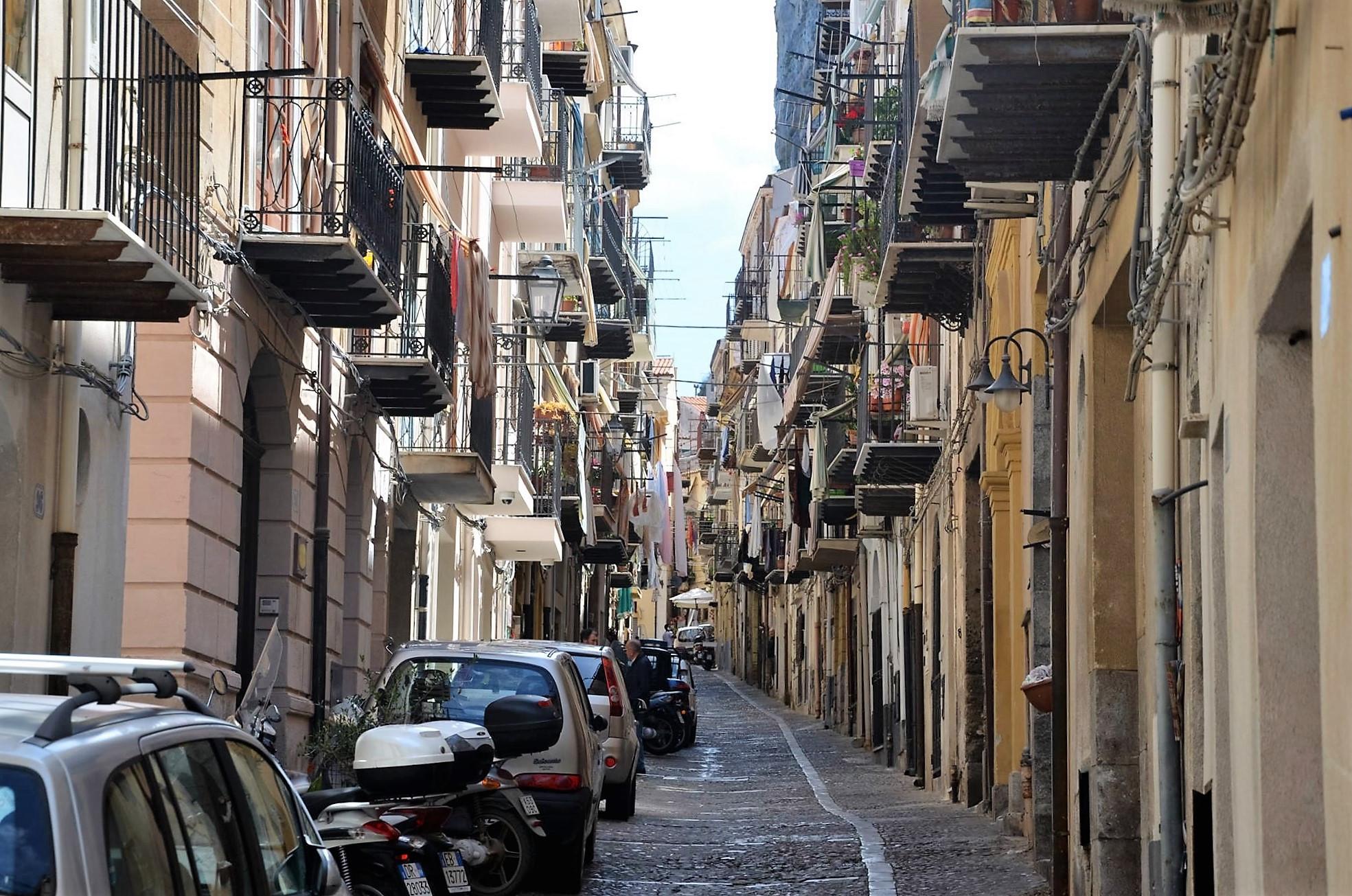 Типичная улица, жилых кварталов. Чефалу. Сицилия. регата OML 216. Фото А. Подколзин