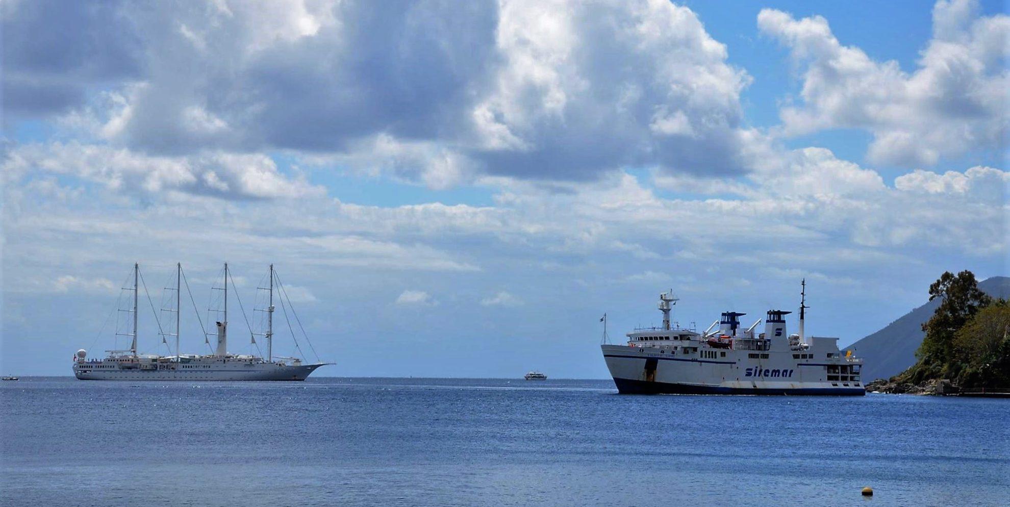 Круизные суда в акватории острова Липари. Сицилия. регата OML 216. Фото А. Подколзин