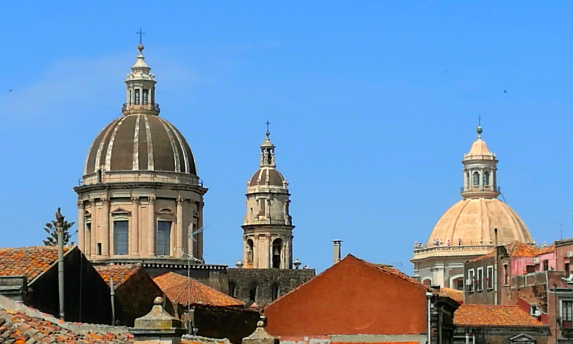 Вид на Кафедральный собор Святой Агаты (Cattedrale di Sant'Agata) в Катании. Он расположен на Соборной площади (piazza del Duomo) напротив известного фонтана Слон – символа города. Фото: А.Подколзин