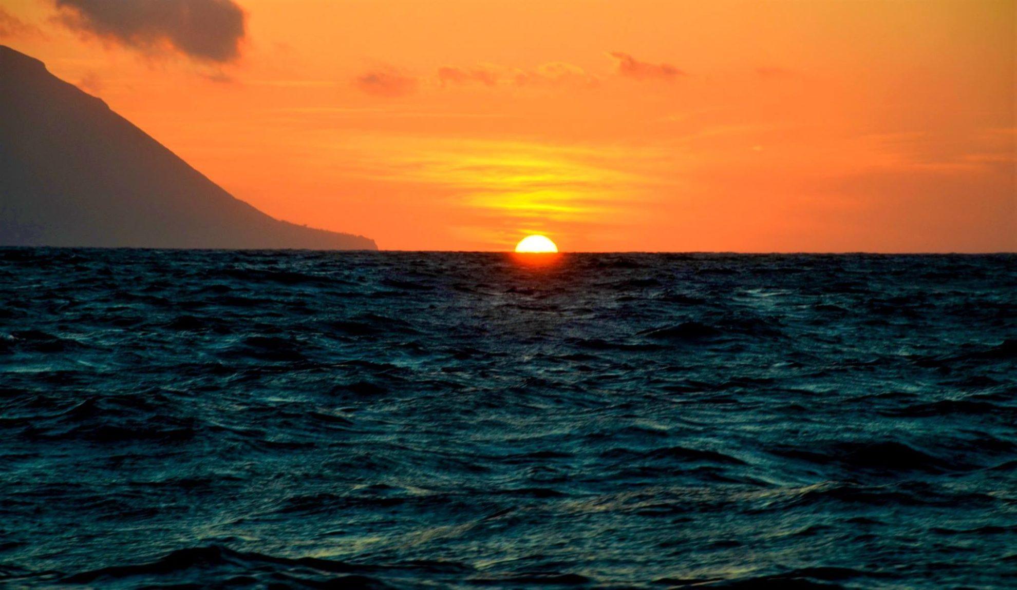 Закат. Остров Салина. Липарийские острова. Сицилия. Фото А. Подколзин