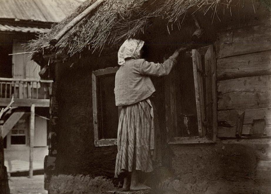 Казачка чинит окно. Цымлянская станица. 1875-1876