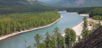 Какая река впадает одновременно в два океана?