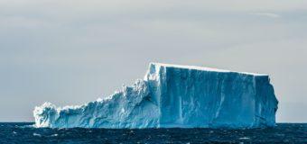 Крупнейший в мире айсберг наконец раскололся