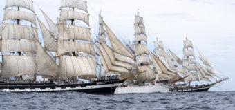 Фото дня: Три парусника в океане