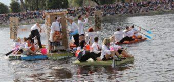 Молочная регата: в Латвии прошла гонка на необычных плотах