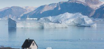 Огромный айсберг откололся от ледника в Гренландии