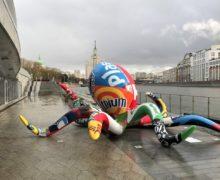 Мифическое чудовище установили на набережной парка «Зарядье» в Москве