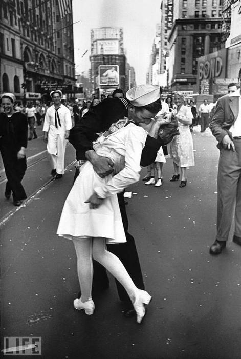 фотография поцелуй 1945