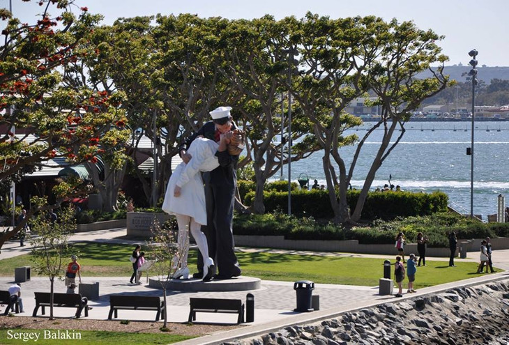 скульптура поцелуй в сша