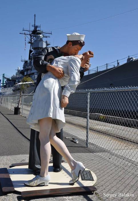 скульптура поцелуй в сша и авианосец мидуэй