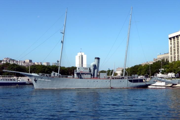 паровая яхта красный вымпел