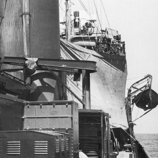 Импровизированные паруса на эсминце Somers