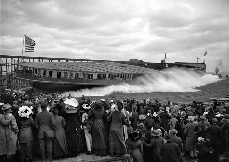 """Спуск на воду самого большого в мире озерного колесного парохода """"Си энд Би"""", 9 ноября 1912 г."""