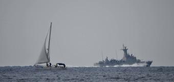 Серый борт и белый парус или военные корабли на парусных регатах