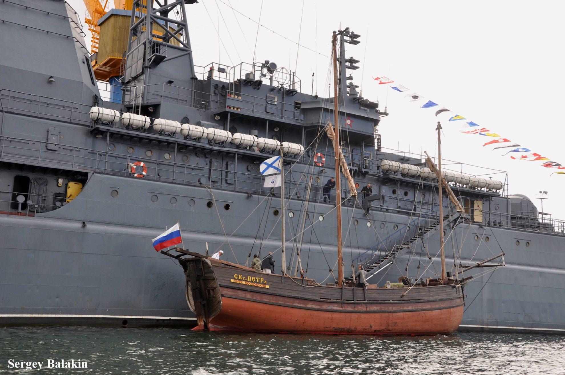 «Святитель Пётр» у борта большого десантного корабля «Калининград»