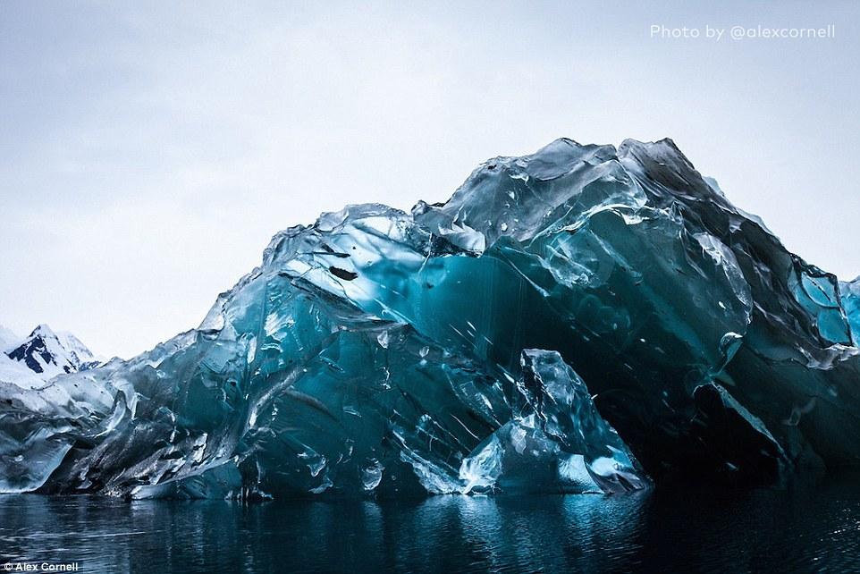 голубой перевёрнутый айсберг