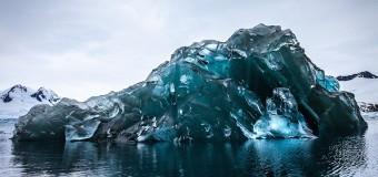 В Антарктиде сфотографирован редкий голубой перевёрнутый айсберг