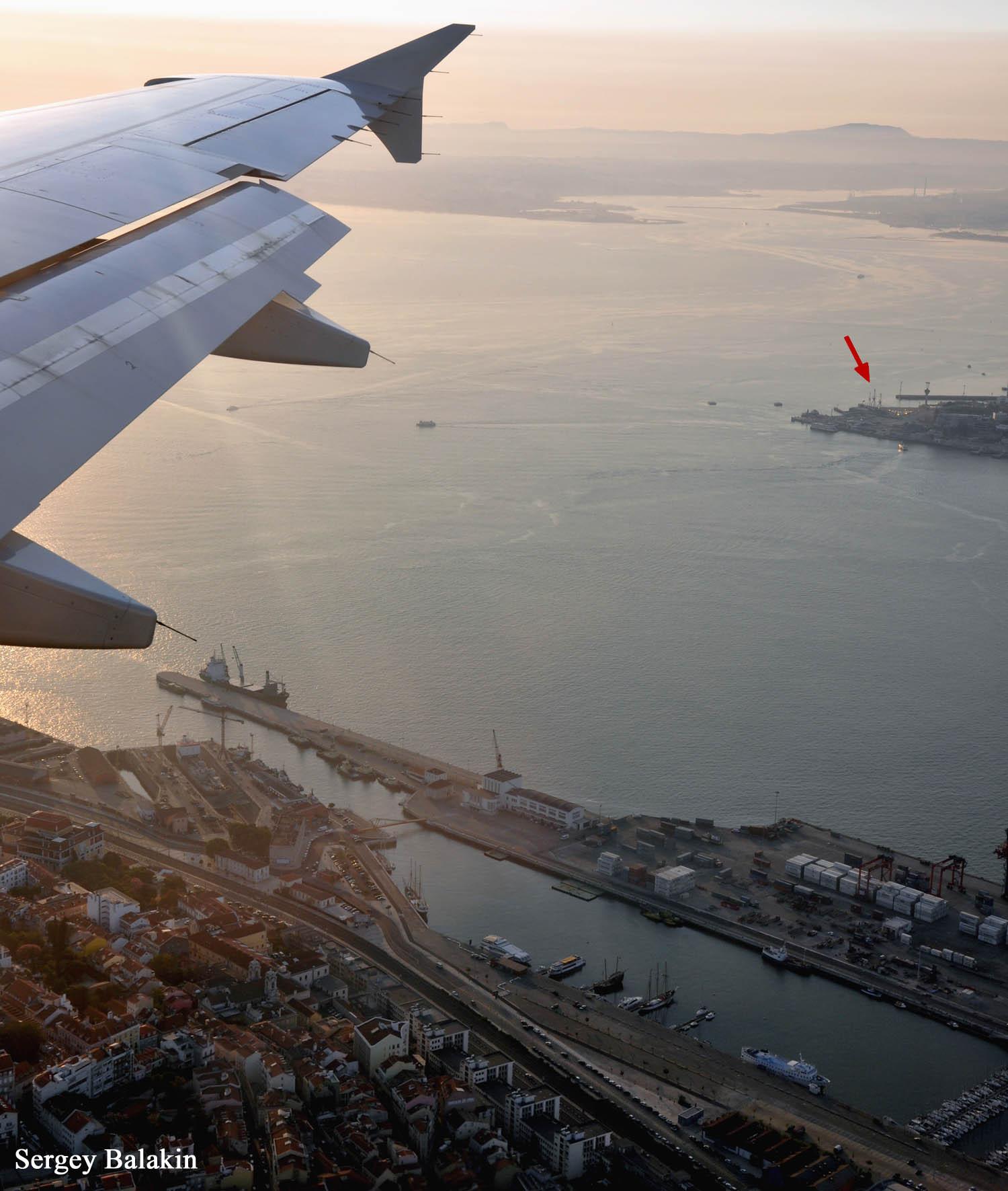 Фрегат «Дон Фернанду II э Глория» даже виден из иллюминатора самолета, когда тот заходит на посадку в аэропорт португальской столицы. Корабль-памятник отмечен красной стрелкой.