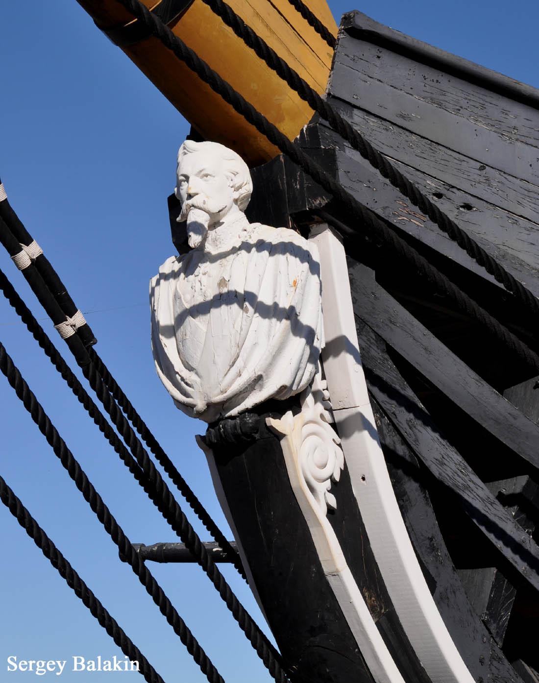 Носовая фигура фрегата представляет собой скульптурный портрет Фердинанда II.