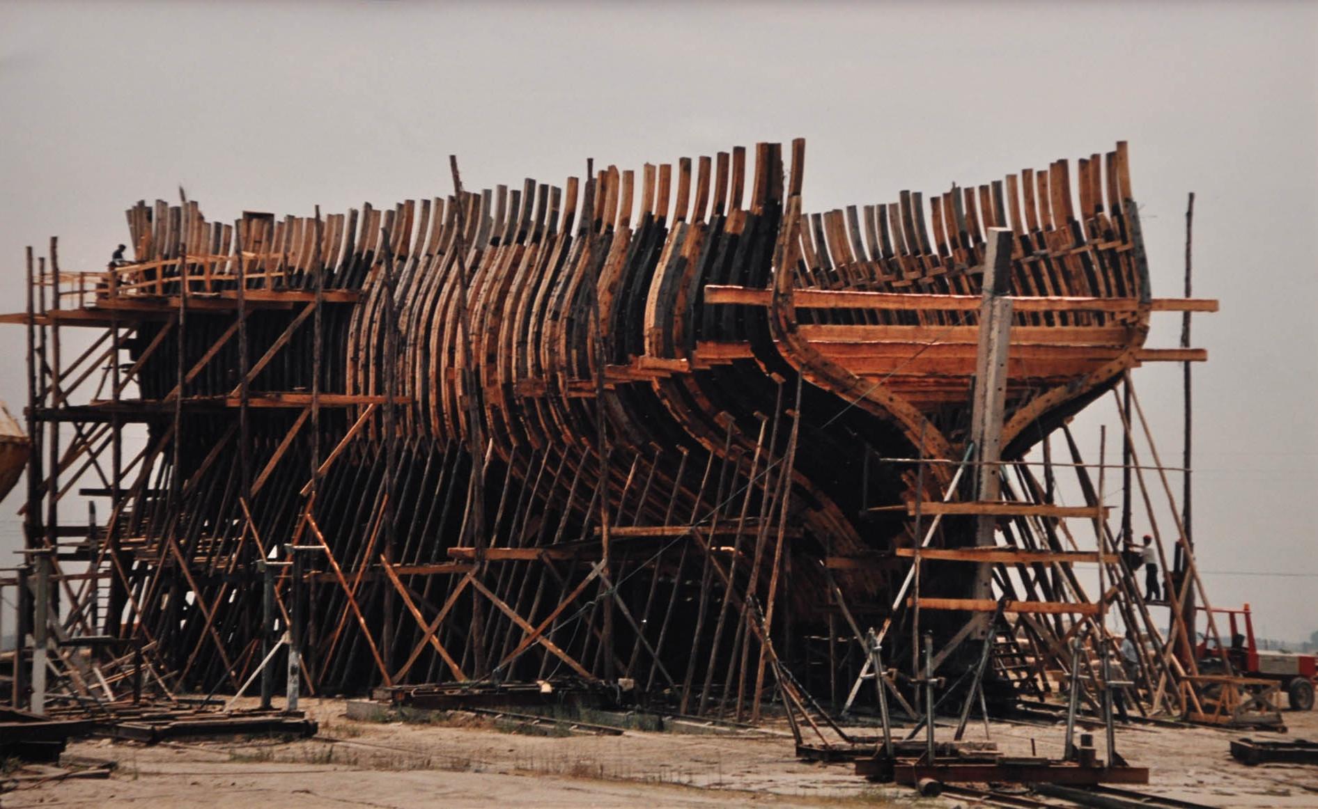 Корпус фрегата в процессе реконструкции. Фото в экспозиции на борту корабля-музея.