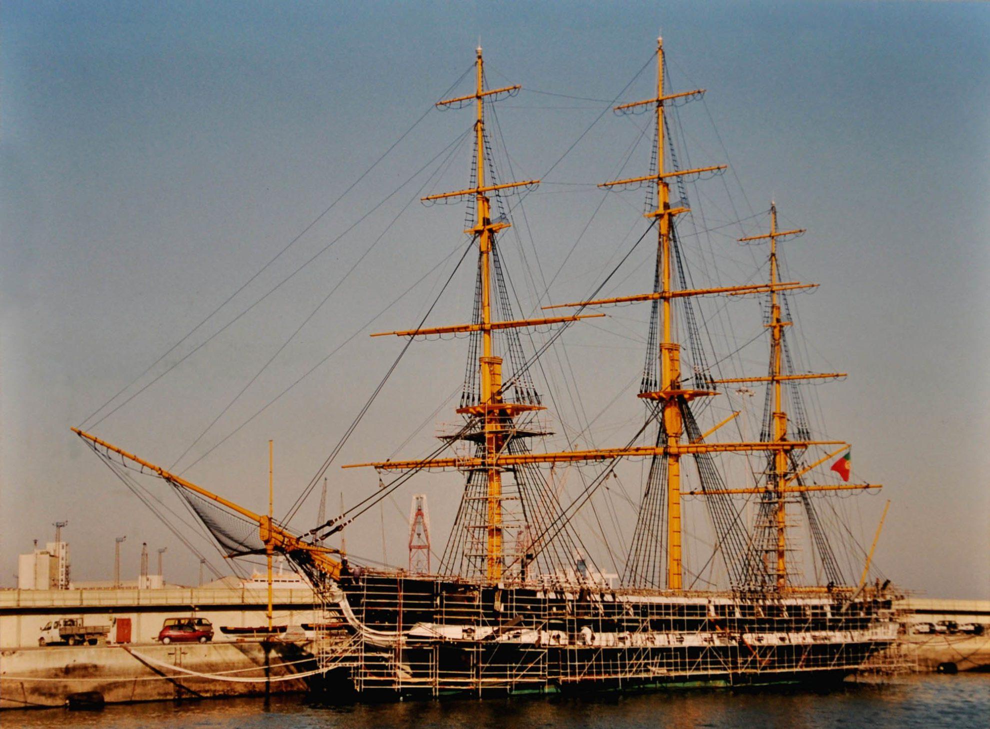 Заключительный этап восстановительных работ на фрегате «Дон Фернанду II э Глория». Фото в экспозиции на борту корабля-музея.