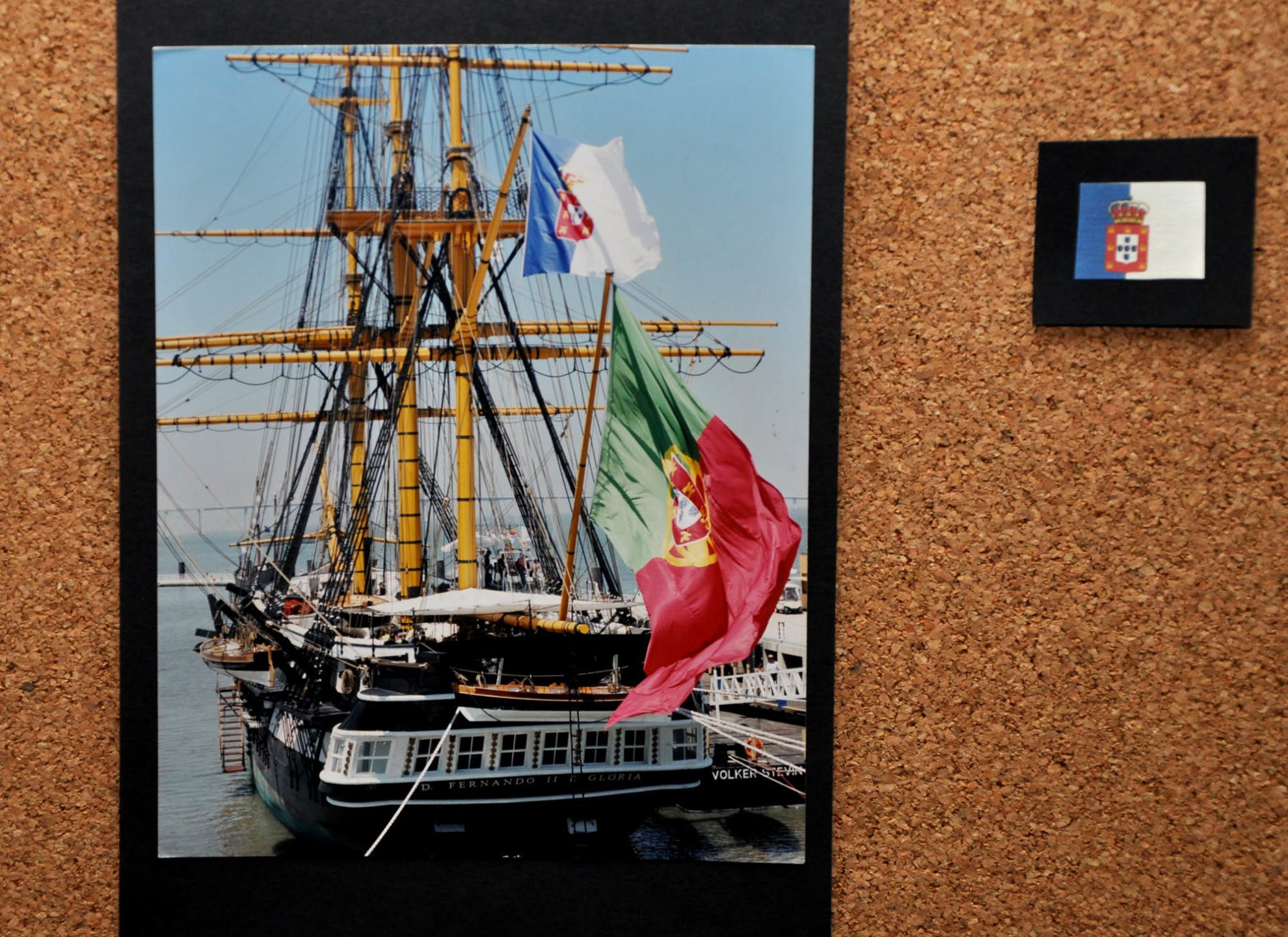 «Дон Фернанду II э Глория» на выставке ЭКСПО-98, фото в экспозиции на борту корабля-музея. Над фрегатом развеваются два португальских флага: современный красно-зеленый и «монархический» бело-синий, под которым парусник плавал до 1910 года.