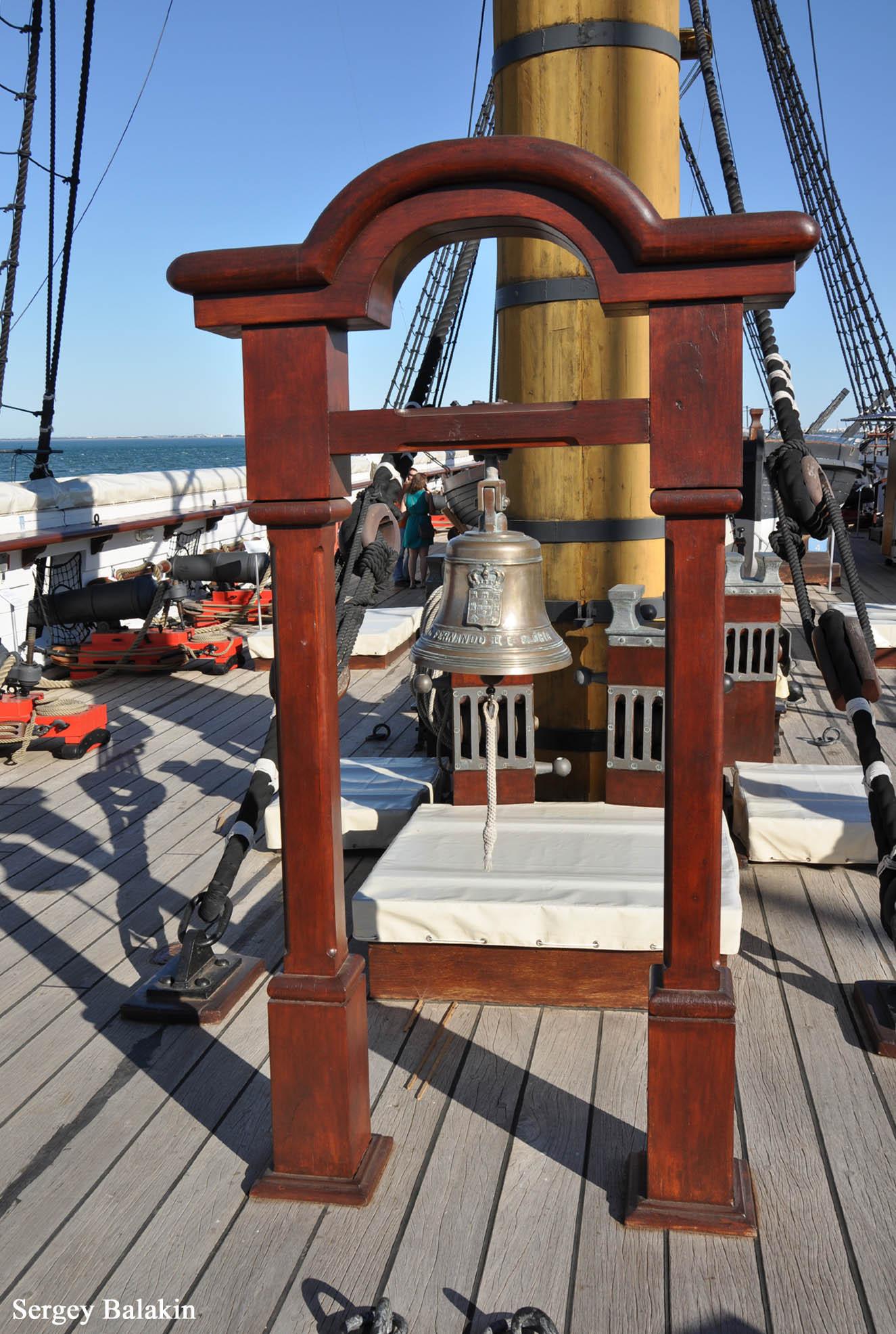 Судовой колокол с гербом и наименованием фрегата.