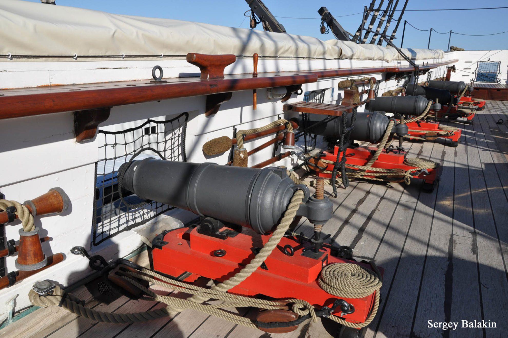На верхней палубе фрегата установлены 32-фунтовые карронады. Обратите внимание на «дымчатый» оттенок палубы – она сделана из настоящего тика.